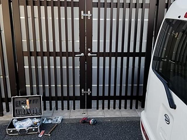 玄関門扉打掛錠取り外し跡1補修前